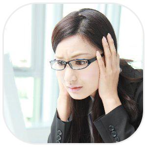 こめかみ辺りを抑えるメガネを掛けた女性