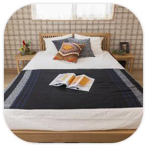 カジュアルな部屋にあるベッド