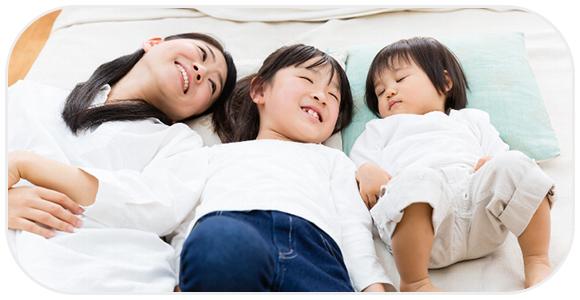 母親と子供、3人で横になって眠る