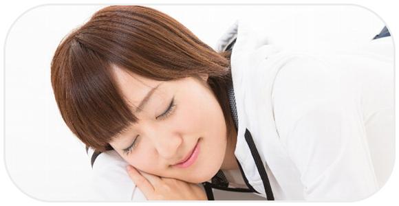 健やかに眠る女性