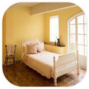 アンティーク調の部屋に佇むベッド