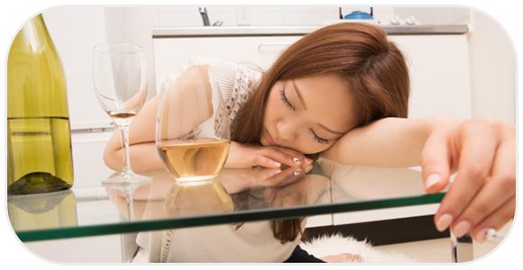酔いつぶれる女性