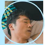 口を開けて寝る男性
