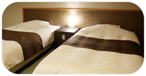 寝具とランプの灯り
