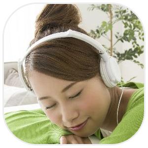 ヘッドホンを付けて眠る女性