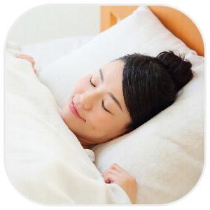 自分にあった枕で寝る女性
