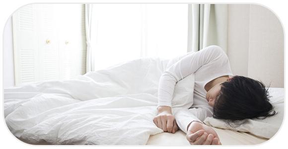 深い眠りにつく男性