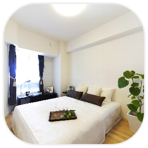 小綺麗な部屋に佇むベッド