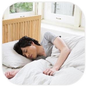 ベッドで熟睡する男性