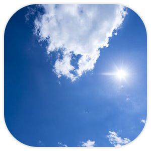 青空と白い雲、光る太陽