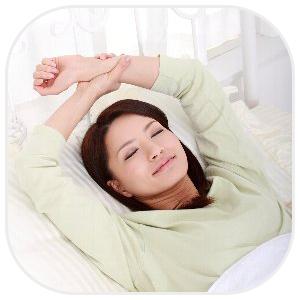 爽やかな目覚めで伸びをする女性