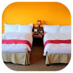 2つ並んだベッドと間にナイトテーブル