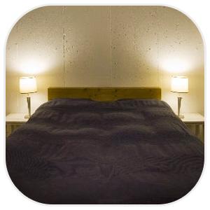 ベッドの両隣から光るスタンドランプ