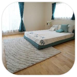 広い部屋にあるベッド
