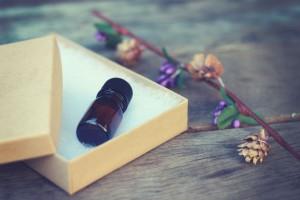 アロマオイルの香りをかぐ