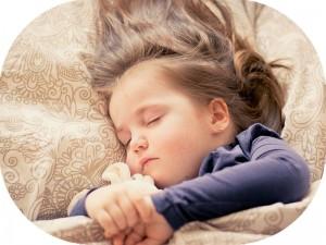 子どもの寝相が悪いのは放っておいても大丈夫