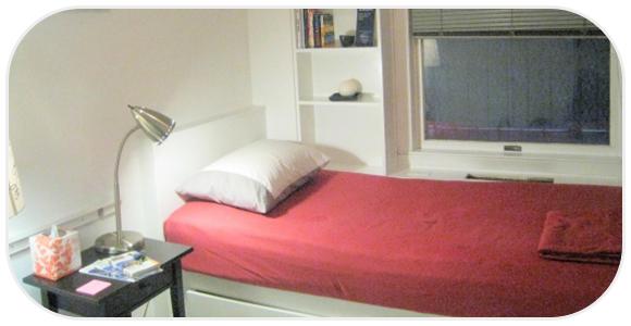 赤いベッドの寝室