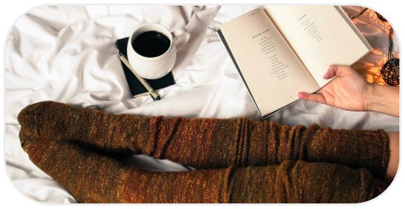 ベッドに座る靴下の女性
